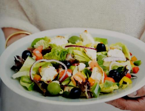Marokkaanse salade met dressing van gegrilde knoflook en citroen